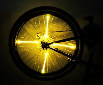 Желтая подсветка на велосипед