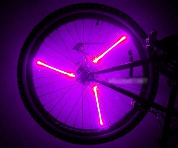 Розовая подсветка колеса на велосипед