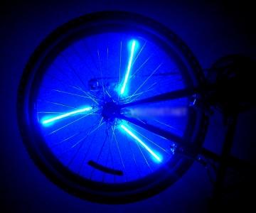 Велосипедное освещение синего цвета